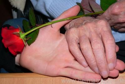 Die Hand meiner 89-jährigen Mutter und ihrem Enkelsohn