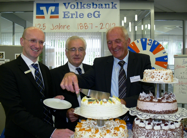 Tortenanschnitt. von li.: Ralf Steiger, Ludger Hüging (Vorstände) Johannes Böckenhoff Aufsichtsratvorsitzender