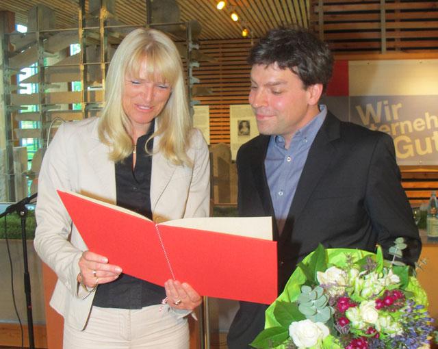 Die LWL-Kulturdezernentin Dr. Barbara Rüschoff-Thale überreichte dem Schermbecker Dr. Steffen Stadthaus am Dienstag in Raesfeld den Förderpreis des LWL. Foto Scheffler