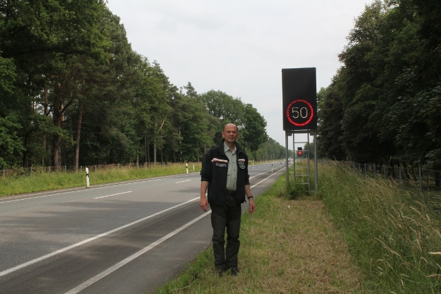 Förster-Christoph-Beemelmans-an-der-Wildwarnanlage-B224.jpg