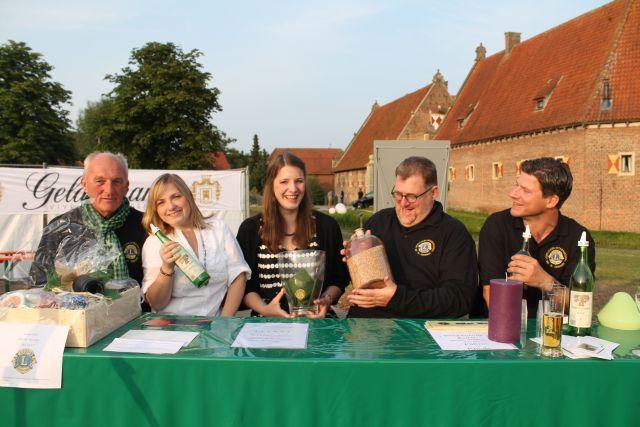 wieviel Körner sind im Glas? Foto v.li.: Johannes Böckenhff, Sabrina Naujok, Tobias Wittebrock und Rainer Optitz mit Tochter Alina