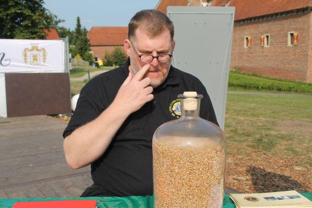 Etwas überfordert von der großen Anzahl der Körner war Schatzmeister Rainer Opitz