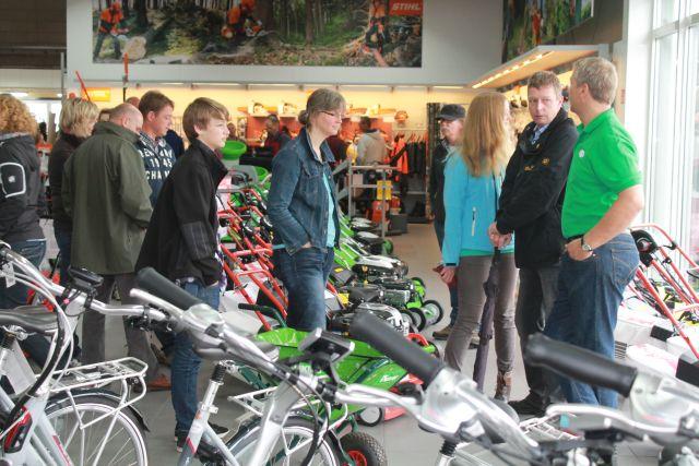 Begeistert von dem großen Angebot in den neuen Räumen der Firma Hußmann waren die Besucher