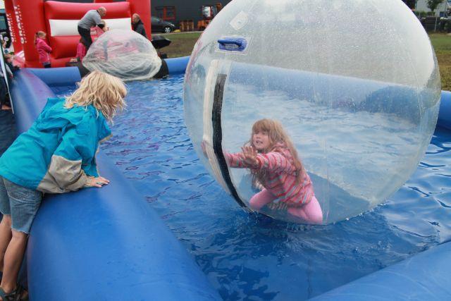 Eine Attraktion besonders für Kinder der Firma Hußmann und Auto Ebbing war der Water-Walk