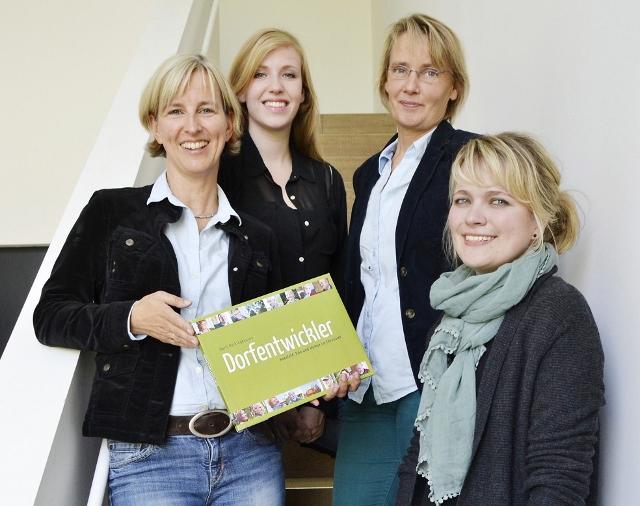 """Die Macher: Doris Röckinghausen (Autorin), Johanna Brinkamnn (Fotografie), Doris Vogt (Grafikdesignerin) und Katharina Hinzelmann (Fotografie) präsentieren den """"Dorfentwickler"""" (von links)."""