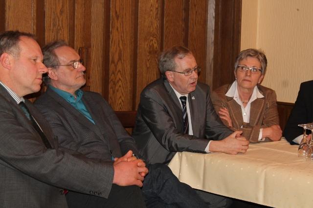 Gedankenaustausch zwischen Regigurnspräsident Prof. Klenke und Gemeinde v.li.: