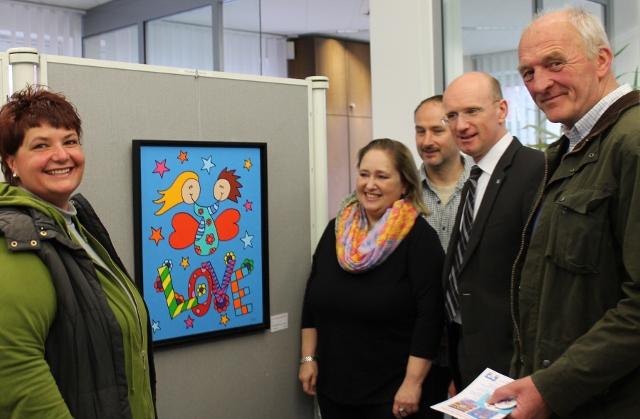 """Ausstellungseröffnung - bei den Besuchern und auch bei Johannes Böckenhoff, Aufsichtsrat, kamen die """"Bauchschmertterlinge"""" sofort gut an"""