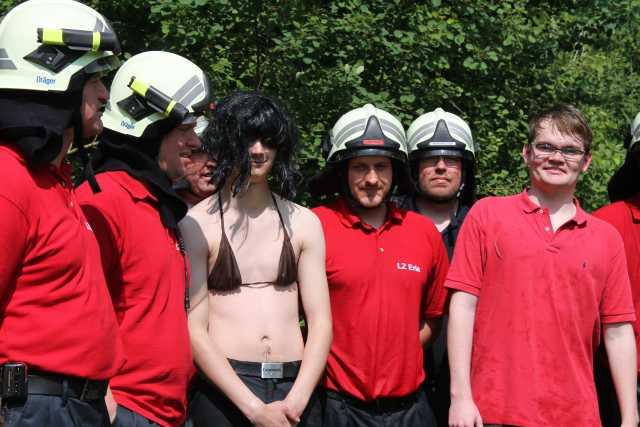 So was hübsches rettet die Feuerwehr doch gerne aus Fischteichen.