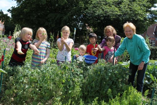 Leckere und süße Früchte ernteten die Kinder mit Ingrid Horstmann hinter dem Heimathaus in Erle