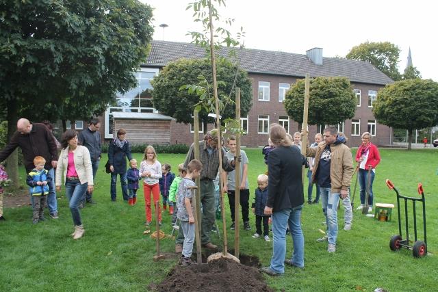 Einen Baum für ds Weltklima wurde auf der Wiese der Silvesterschule gepflanzt