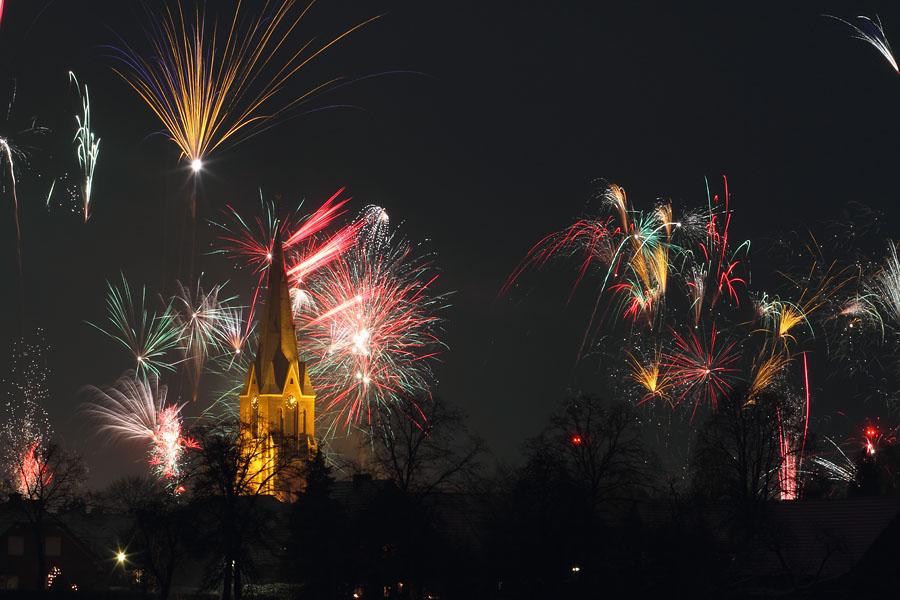 Silvesterfeuerwerk an der St. Silvesterkirche von Heinz Nienhaus