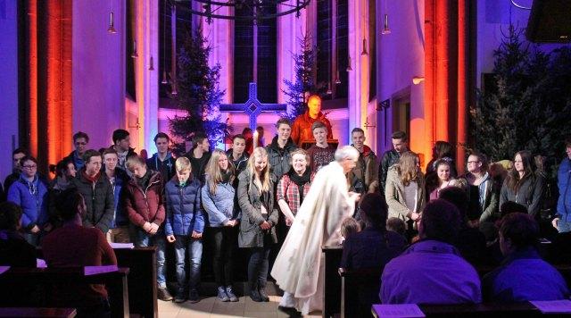 """Pastor Michael Kenkel begrüßte die 26 neuen Mitglieder der KLJB Erle/Rhade beim Gottesdienst """"Laser statt Kerzen"""" in der St. Silvester Kirche"""