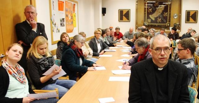 Auf großes Interesser stieß der Informationsabend der Caritas Borken. Fast 60 interessierte Bürger kamen am Donnerstagabend ins Kolpinghaus, um sich zu erkundigen, wie sie sich für die Flüchtlinge in der Gemeinde einbringen können. Sehr zur Freude von Pas