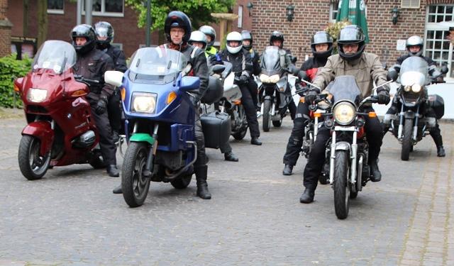 Pastor Michael Kenkel (2. v. li.) lud zum ersten Mal zu einem gemeinsamen Motorradausflug ein. Ziel der Tour war der Wallfahrtsort Eggerode