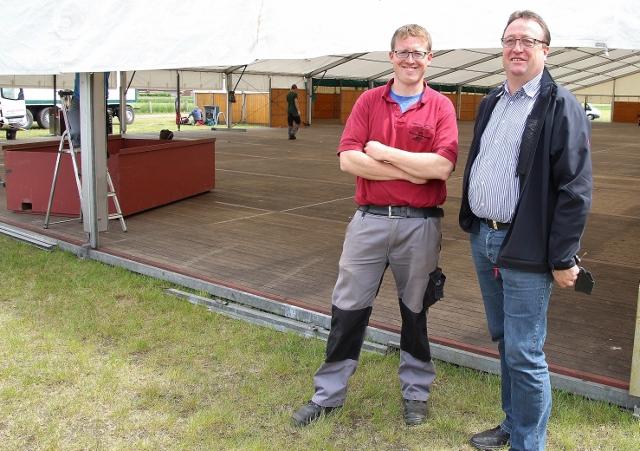Wie der Vater so der Sohn. Ein eingespielte Team sind Festwirt Wenzel (li.) und Sohn Benedikt Schwering