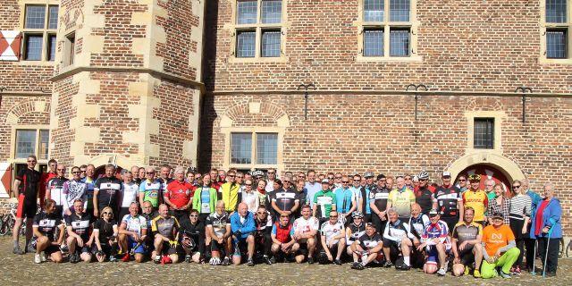 80 Biker und 20 Begleiter machten Stopp am Schloss Raesfeld auf ihrer RennFietsetour Münsterland