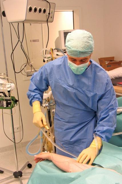 Eine Liposuktion - die medizinisch indizierte Fettabsaugung - kann langfristig zur Beschwerdefreiheit führen.
