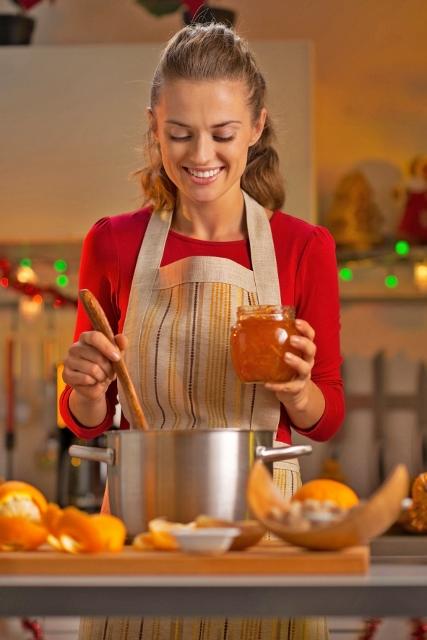 Den Geschmack des Sommers konservieren: Mit ein paar Tipps gelingt das Einkochen oder Einlegen der eigenen Ernte im Handumdrehen. Foto: djd/toom/Alliance/Shutterstock