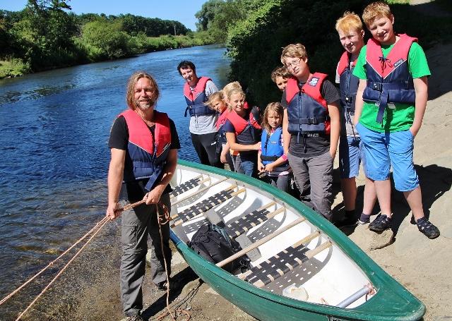 Uli Cluse (li.) und Philipp Hatkämper begleiteten die Kinder auch in diesem Jahr wieder bei der elf Kilometer langen Kanutour auf der Lippe
