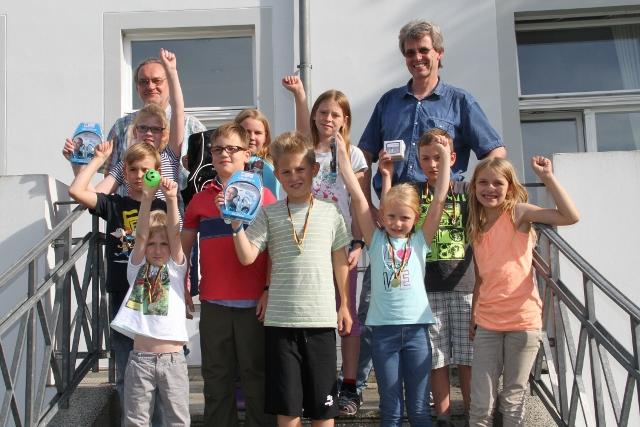 Strahlende Sieger beim Ferienschachturnier in der Villa Becker (links unten Turniersieger Felix Wittek)