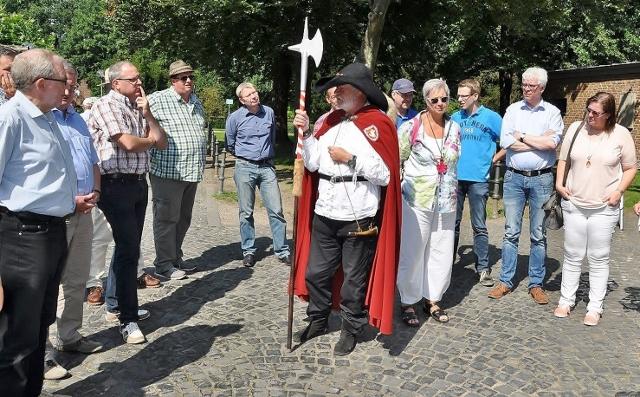 Der Nachtwächter in historische Kleidung aus dem 16. Jahrhundert führte die Raesfelder durch Brüggen und zeigte, wie die Menschen früher in der Gemeinde gelebt haben.
