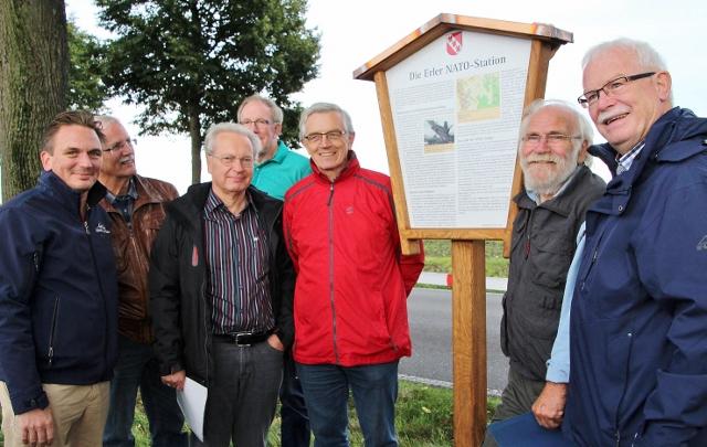 Unter großer Beteilung wurde von den Mitgliedern des Erler Heimatvereins und deren Vorsitzenden Klaus Werner (2.v. r.) sowie CDU Gemeindevertreter, die 13. Geschichtsstation in Erle auf der Rhader Straße aufgestellt.