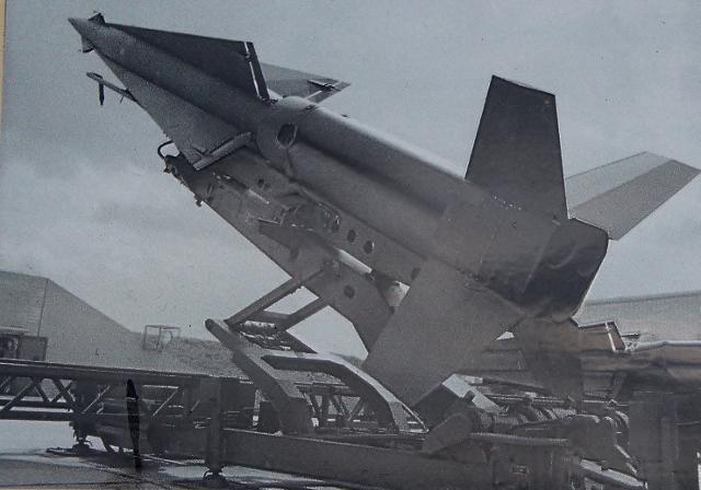 Das Foto zeigt eine Nike-Hercules-Rakete. Länge: 12,60 Meter, Durchmesser 0,80 m, Gewicht 5 Tonnen, Reichweite 140 km, Aufstiegsöhe 30 km, dreifache Schallgeschwindigkeit und mit der Sprengkraft einer Hiroshima-Bome. Foto: Repro-PeBo
