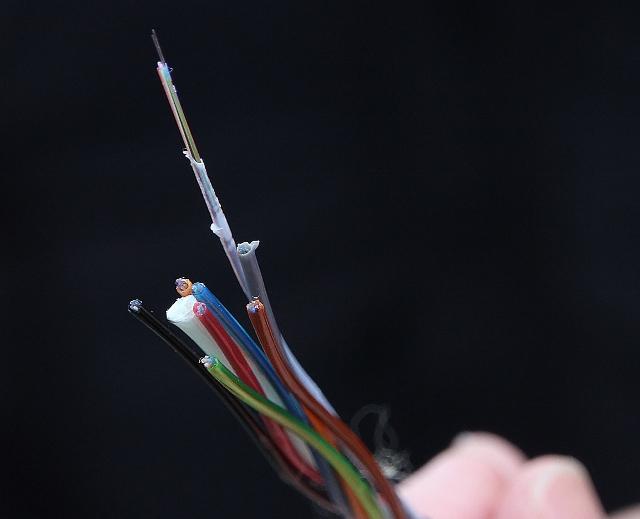 Kaum zu erkennen und so fein wie ein Haar ist die Glasfaser, die demnächst in die Haushalte verlegt wird.