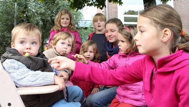 Die Großen fütterten liebevoll die kleinen Besucher des Kindergartens.
