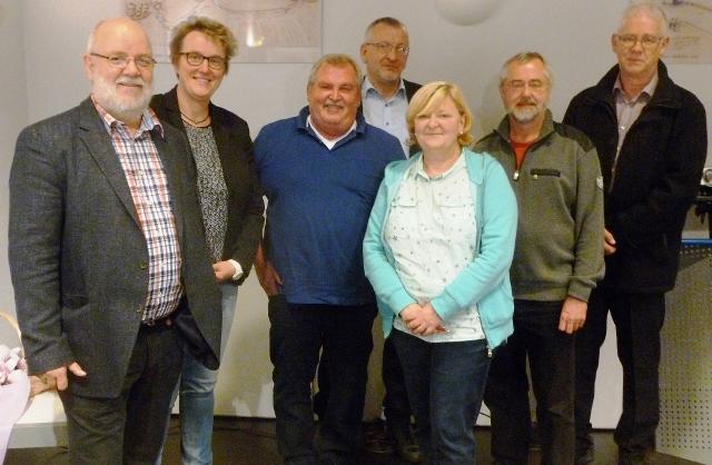 sind von links nach rechts zu sehen: Wolfgang Warschewski, Brigitte Ebbing, Horst Emmerich, Johannes Kisfeld, Angelika Dannenbaum, Heribert Telgmann und Helmut Roters.