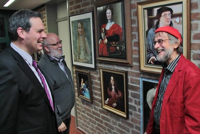 Begeistert von der Ausstellung und den einzelnen Arbeiten von Karlheinz Strötzel (r.) , wie das Hineinkopieren von Köpfen in alte Meisterwerke, waren bei der Ausstellungseröffnung im Rathaus Bürgermeister Andreas Grotendorst und Wolfgang Warschewski (v. l