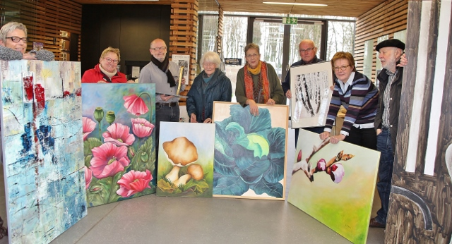 """Die Künstlergruppe """"dasselbe anders"""" präsentiert ihre Bilder in einer Ausstellung im Naturparkhaus von Schloss Raesfeld."""