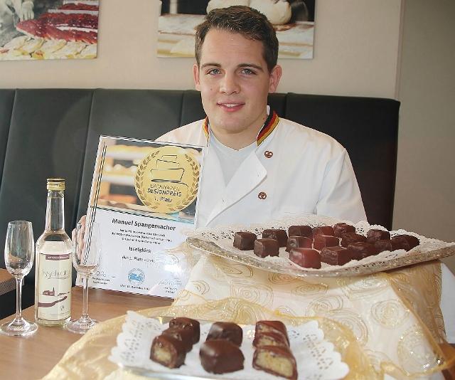 """Der Raesfelder Bäcker Manuel Spangemacher gewann mit seiner Pralinenkreation """"Isselglück"""" den Backwaren Designerpreis in Olpe."""