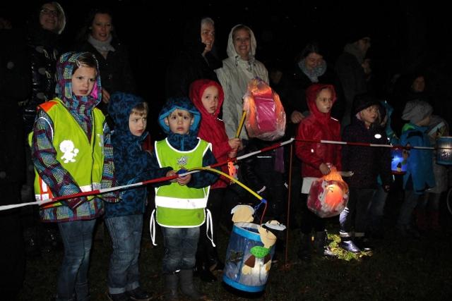 Trotz Regen kamen vieler Erler Kinder mit ihren bunten Laternen zum St. Martinsumzug in Erle.
