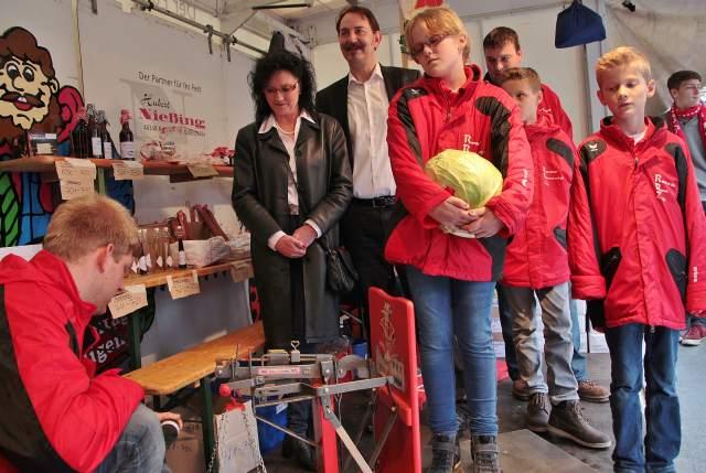 Wiegen und Messen der Raesfelder Prinzenpaare Lea I. und Tim I. (Kinderprinzenpaar) und Prinz Klaus I. und seine Lieblichkeit Karin I. auf dem Kappesmarkt.