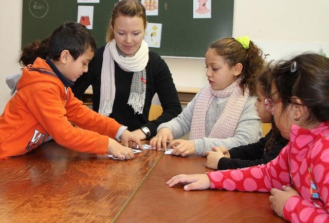 Täglich zwei Stunden Deutschunterricht mit Lehrerin Nadine Jensen stehen für Flüchtlingskinder auf dem Stundenplan.