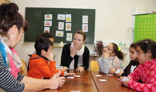 Hoch motiviert sind die Flüchtlingskinder aus Syrien, Mazedonien und dem Irak täglich beim Deutschunterricht mit Lehrerin Nadine Jensen.