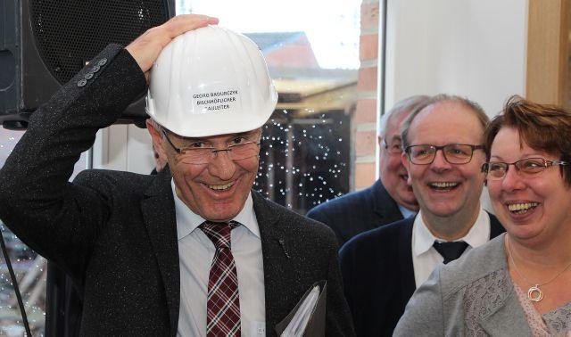 Als offizieller bischhöflicher Bauleiter wurde Georg Badurczy wegen seines stetigen Einsatzes währen der Bauphase geehrt.