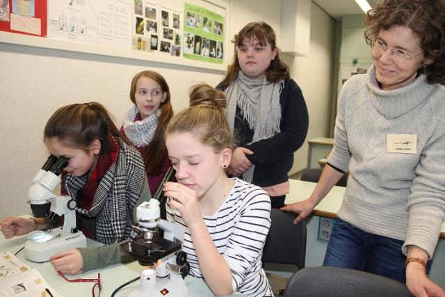 Fachlehrerin Annette Schulz lobt besonders die gute Ausstattung im wissenschaftlichen Bereich der Schule für den Biologieunterricht.