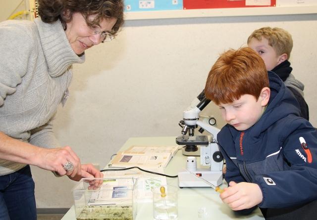 Biologielehrerin Annette Schulz erklärte den Besuchern die Mikroskope, die besonders bei den Kindern auf großes Interesse stießen.