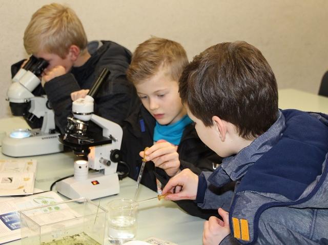"""Einblicke in den naturwissenschaftlichen Bereich bekamen Eltern und Kindern beim Tag der """"offenen Tür"""" in der Alexanderschule."""
