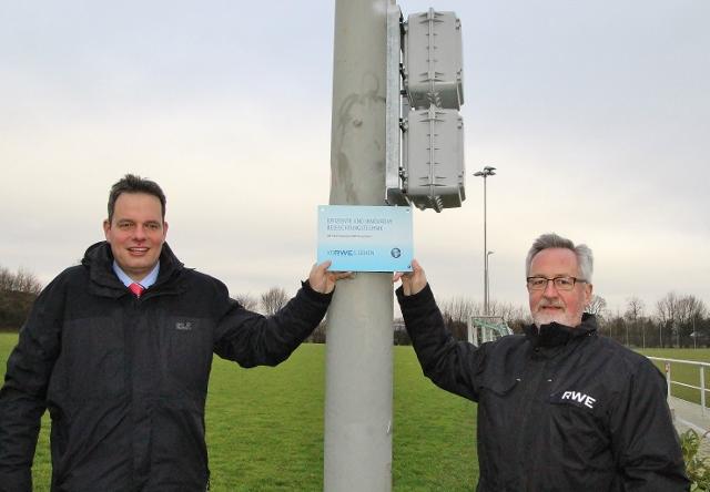 Bürgermeister Andreas Grotendorst freut sich über die großzügige Förderung der neuen Flutlichtanlage durch den Energieversorger RWE, vertreten durch Michael Schmidt (re.)