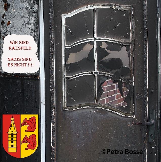 Brandanschlag Flüchtlingsunterkunft Raesfeld, wobei ein Loch in die seitlliche Eingangstür geschlagen wurde.