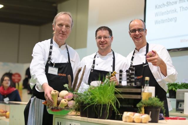 Schon zum vierten Mal kochen Josef Willenbrink, Heiko Weitenberg und Tom Kliewe (v.l.) auf der Grüne Woche. In diesem Jahr steht die Zwiebel im Mittelpunkt. Foto: Münsterland e.V./ Kliewe