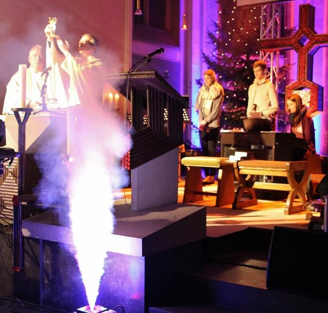 Laserstrahlen und Nebelmaschine untermalten den Gottesdienst in der St. Silvester-Kirche.