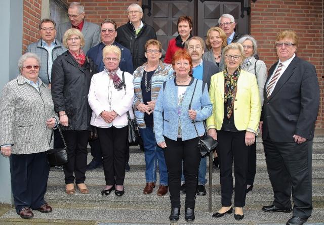 16 Ehemalige feierten ihre Diamantene Kommunion in Erle. Organisiert hatte das Treffen Konrad Kruse (r.).