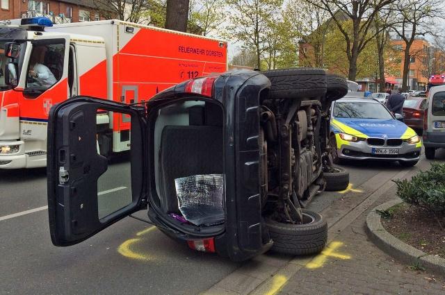 Borkener Straße nach spektakulärem Unfall gesperrt! Fahrerin verletzt! Mercedes landet auf Seite!