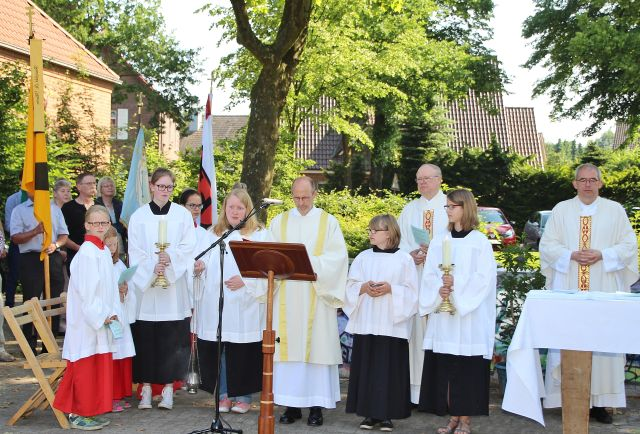 Feierliche Hagelfeier in Erle an der Pius-Eiche.