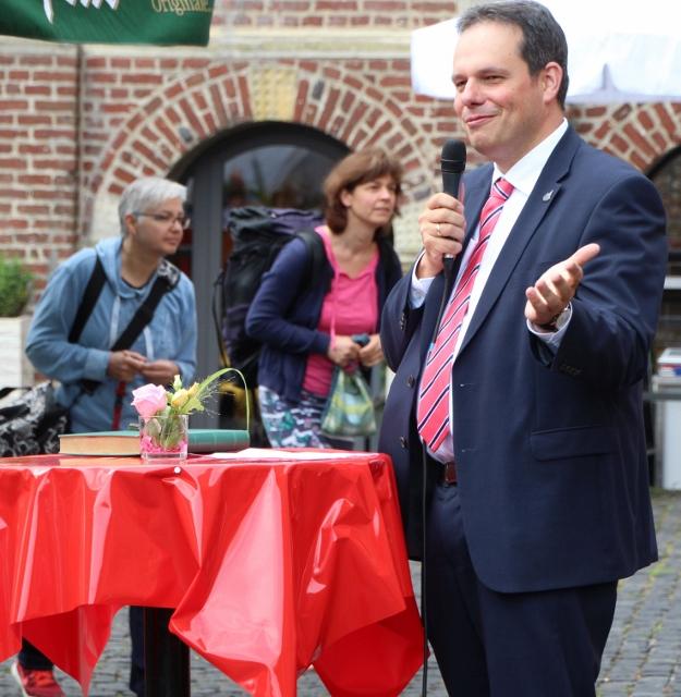 Bürgermeister Andreas Grotendorst lobte da ehrenamtliche Engagement der ehrenamtlichen Flüchtlingshelferinnen und Helfer am Schloss Raesfeld.