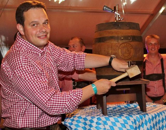 Fassanstich mit Bürgermeister Andreas Grotendorst (Foto: ARCHIV)